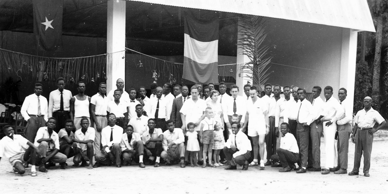Lomela, 1959 - Derrière Joseph Strypstein, Pierre Tohanga en costume et à l'extrème droite Bwana Malua. Les deux meilleurs chauffeurs de le FOMETRA.