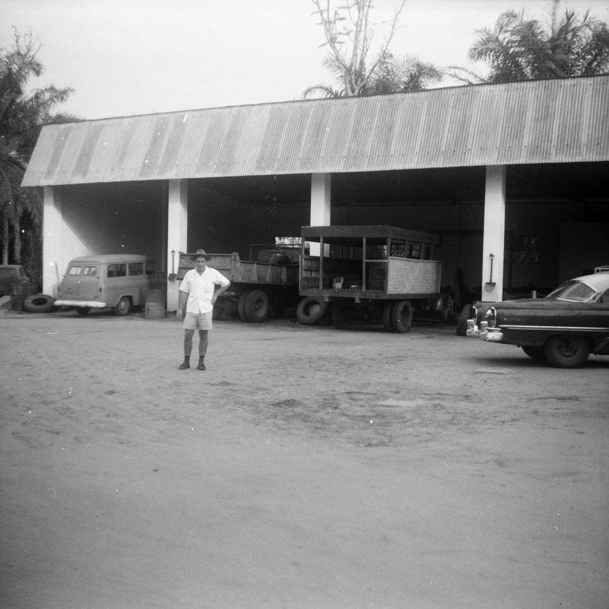 Lomela, 1961, Jean Strypstein devant le garage FOMETRA